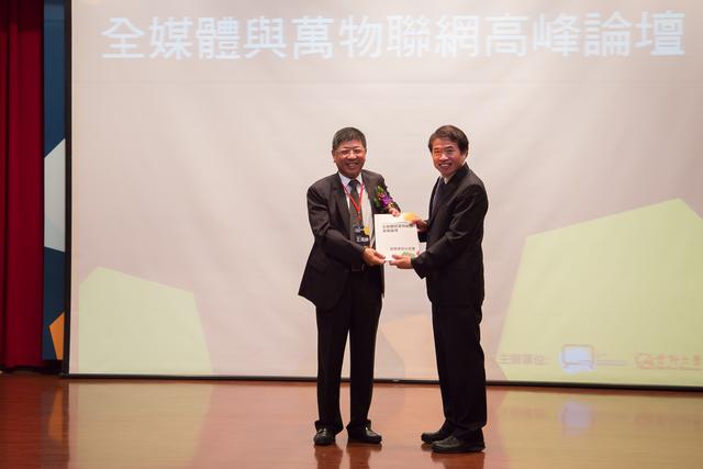 圖九:CCTF執行長王鴻紳將白皮書遞交給國家通訊傳播委員會翁柏宗副主委